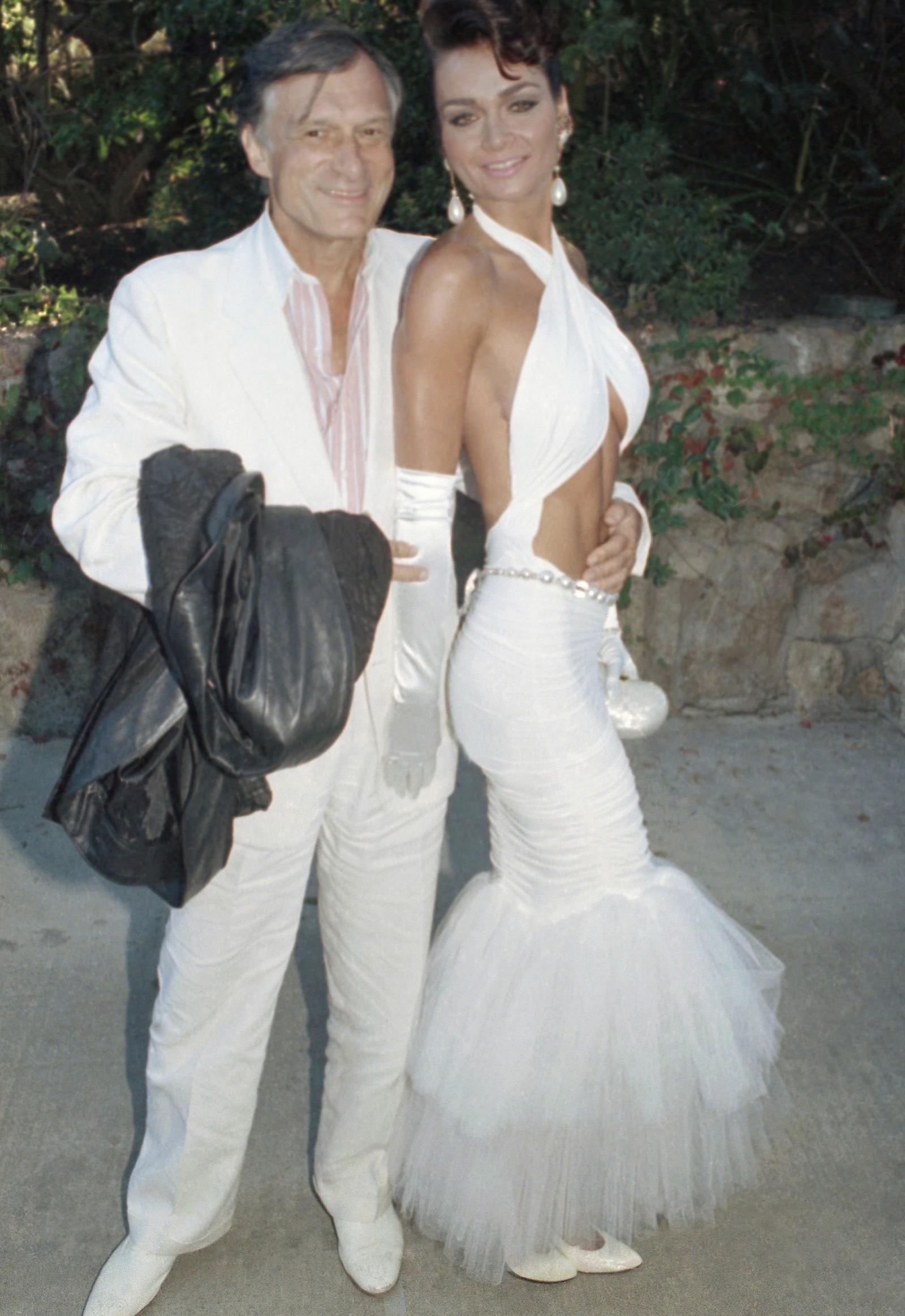 Hugh Hefner poserer sammen med daværende kjæreste Carrie Leigh, utenfor hjemmet til Barbara Streisand i Malibu.