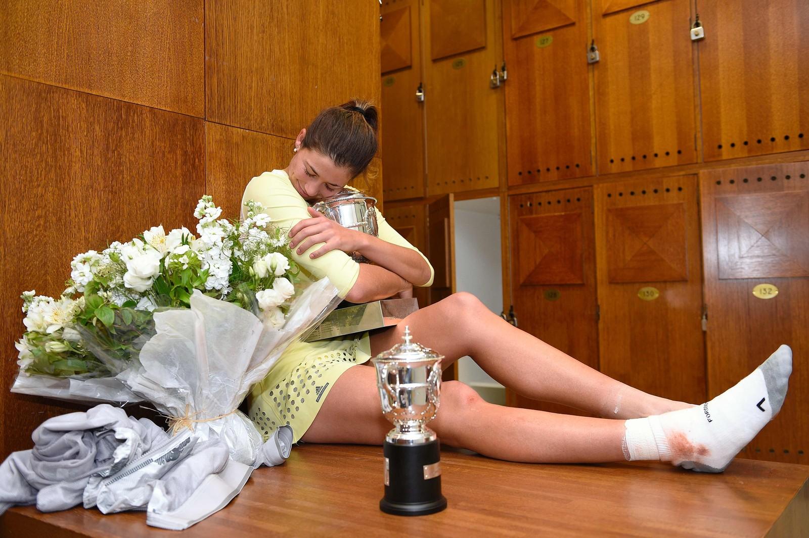 Spanske Garbine Muguruza i garderoben med pokalen etter seieren i tennisturneringen French Open. Hun slo amerikanske Serena Williams i finalen.