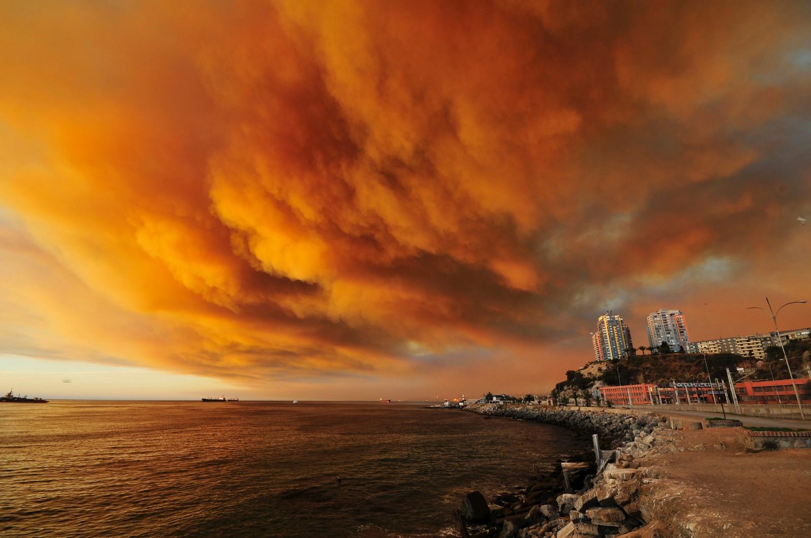Røyk fra skogbrannen rundt Valparaiso i Chile 13. mars.