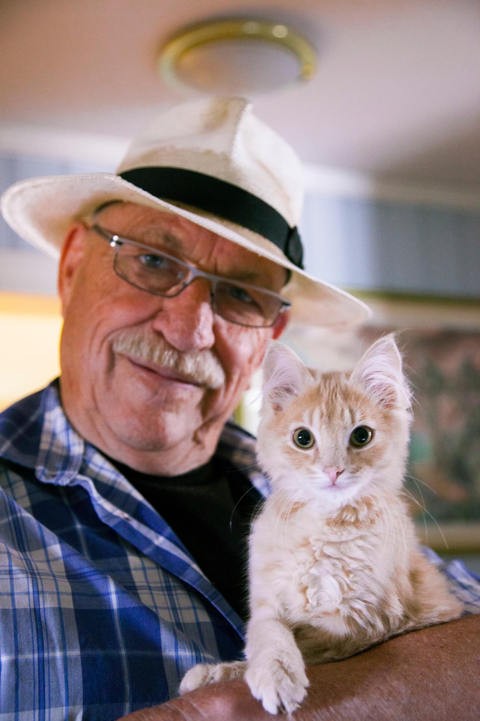 Gert Nygårdshaug og den 4 måneder gamle kattungen Clyde.