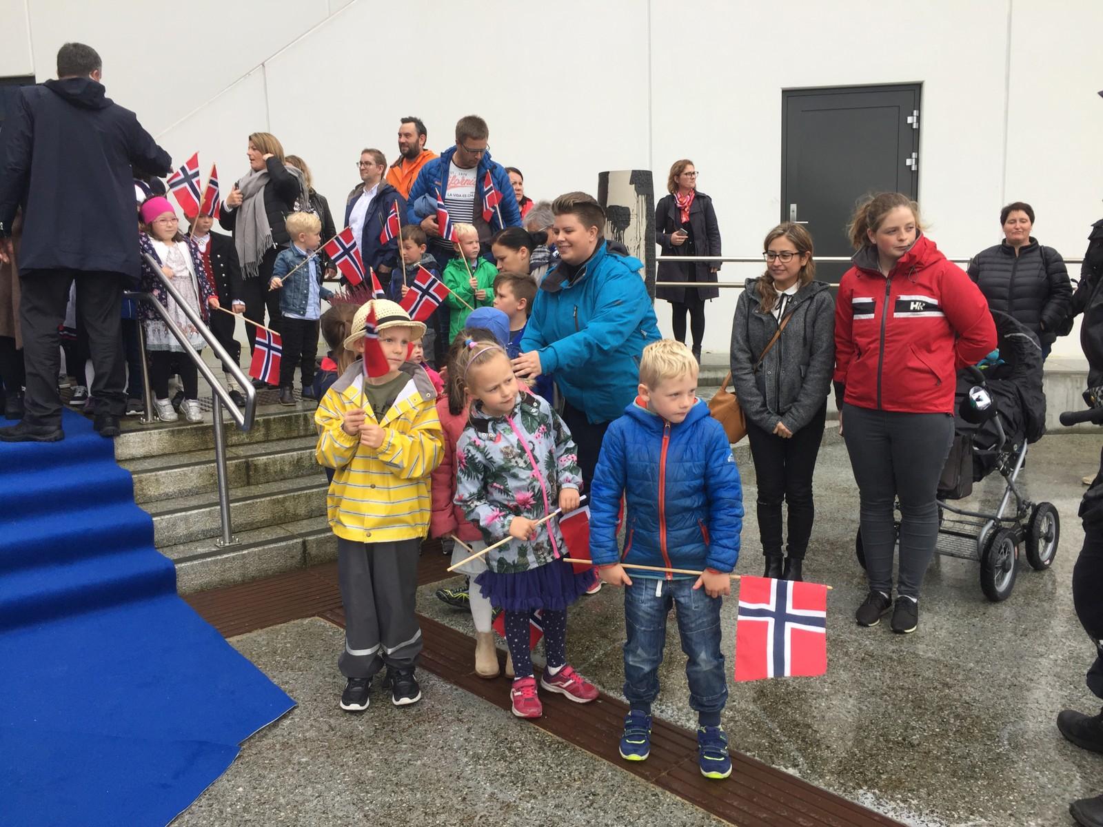 I Fosnavåg var mange samlet allerede 14.15 for å vente på majesteten.