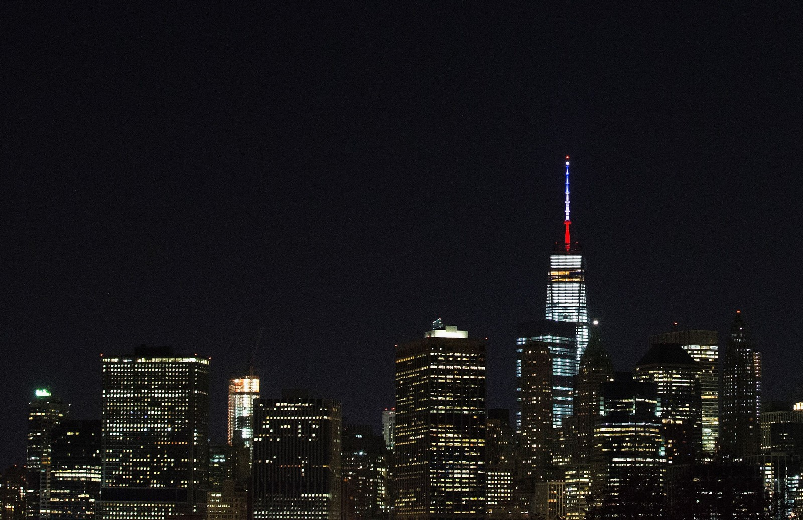 Spiret på «One World Trade Cente» i New York lyses opp i Frankrikes farger.