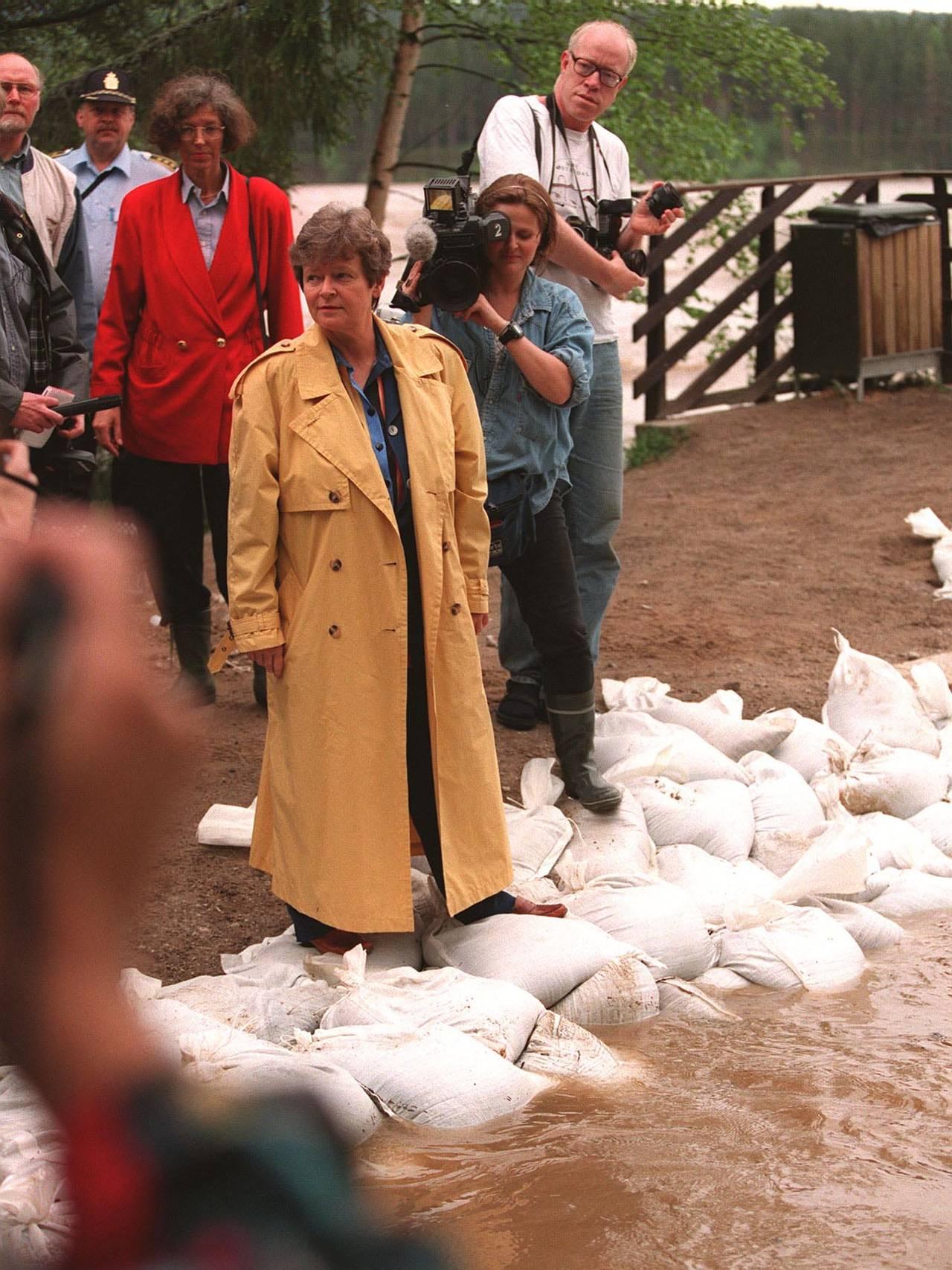 Statsminister Gro Harlem Brundtland besøkte Elverum under flommen i 1995.