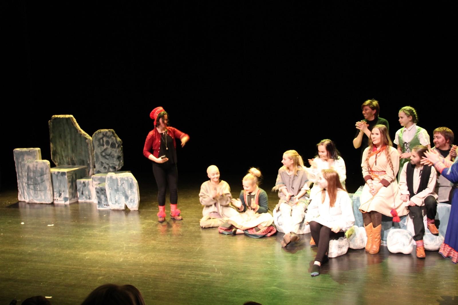 Her er gjengen som holdt forestillingen, sammen med instruktør Ebba Joks.