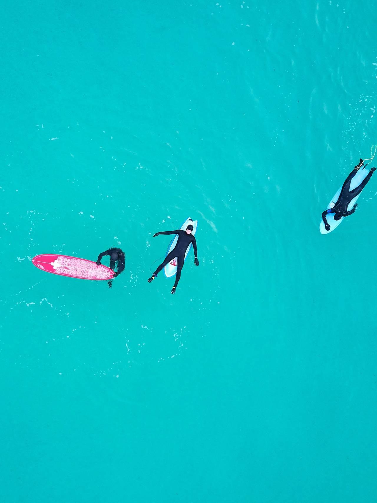 surfere ligger i vannet.