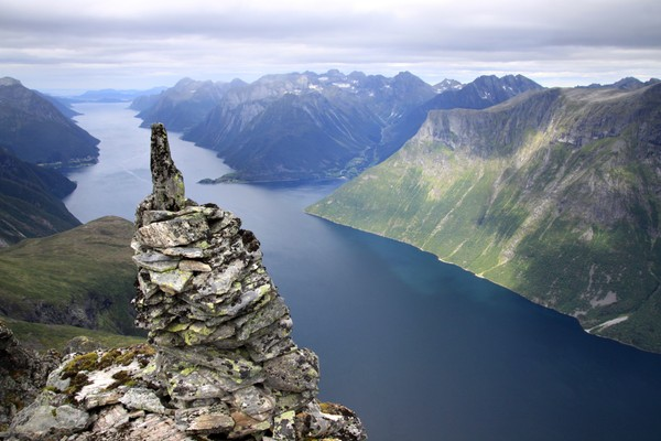 Hjørundfjorden sett fra Utholhornet. - Foto: Arild Eidset