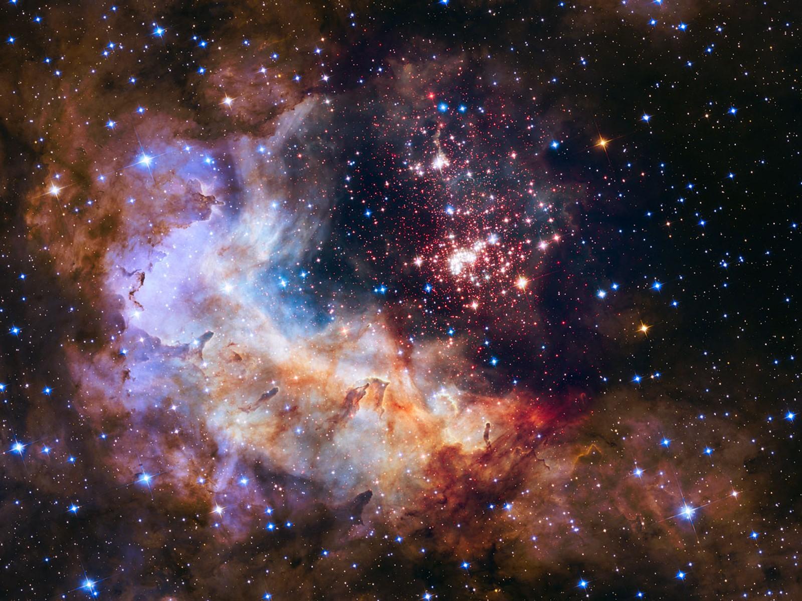 Dette bildet markerer Hubble-teleskopets 25-årsjubileum. Klyngen av rundt 3000 stjerner heter Westerlund 2, og er oppkalt etter den svenske astronomen Bengt Westerlund. Klyngen av stjerner er rundt to millioner år gammel, men inneholder noen av de lyseste, varmeste og største stjernene som noen gang er blitt oppdaget.