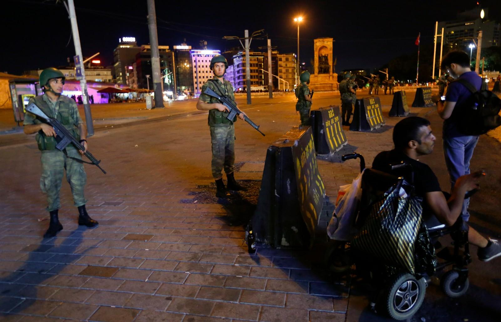 Tyrkisk militæret står vakt nær Taksim-plassen i Istanbul.