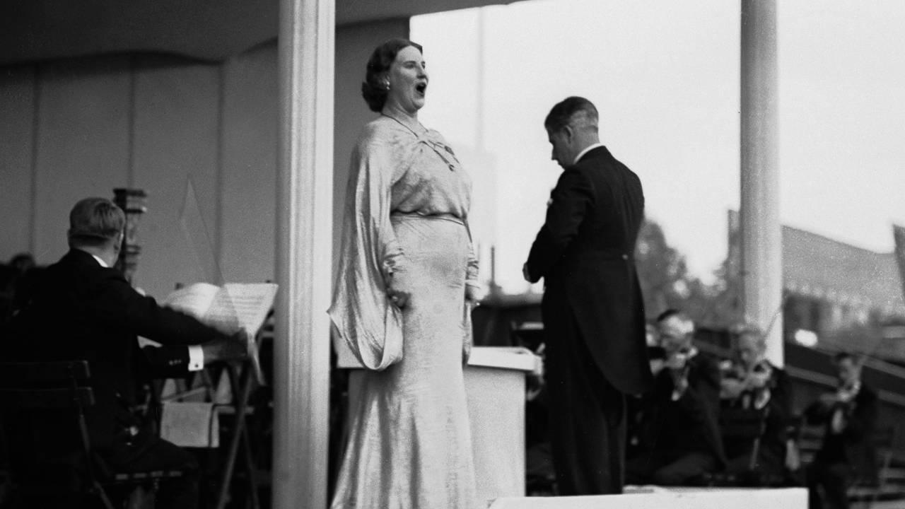 Sangerinne Kirsten Flagstad holder konsert på Frogner Stadion, for fulle tribuner. Her Flagstad i aksjon på scenen 1936