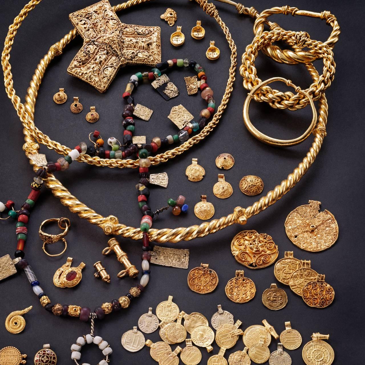 Gullskatten fra vikingtiden som ble funnet på Nedre Hoen