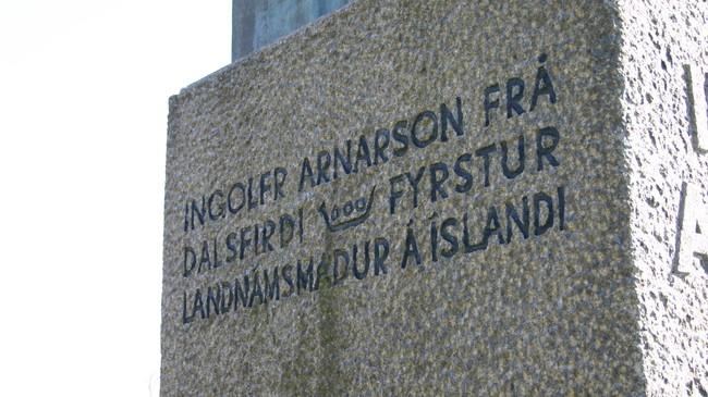 Teksten på Ingolfr Arnarson-statuen. Foto: Ottar Starheim, NRK.