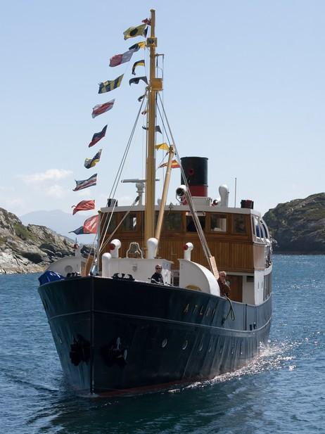 Fylkesbåten Atløy er teken vare på av av veteranskipsentusiastar. Foto: Cosmin Cosma, NRK.