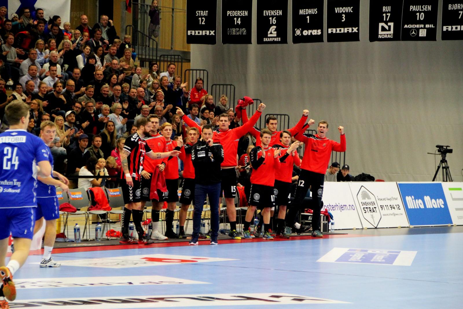 Jubel på ØIF-benken etter scoring.