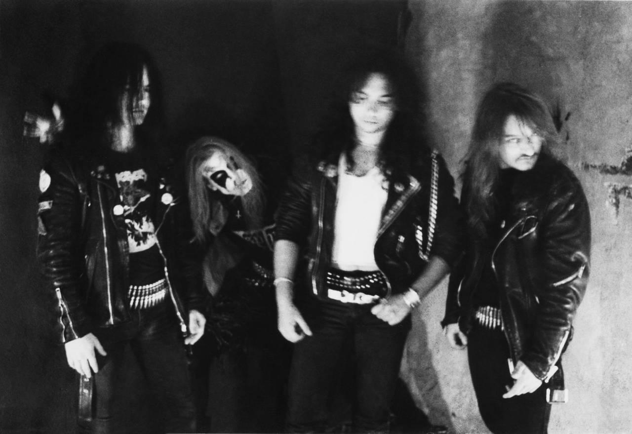 Øystein Aarseth, Pelle Ohlin, Jan-Axel Blomberg og Jørn Stubberud poserer som band i et svart-hvitt bilde. Alle ser veldig seriøse ut. Pelle har på seg liksminke.
