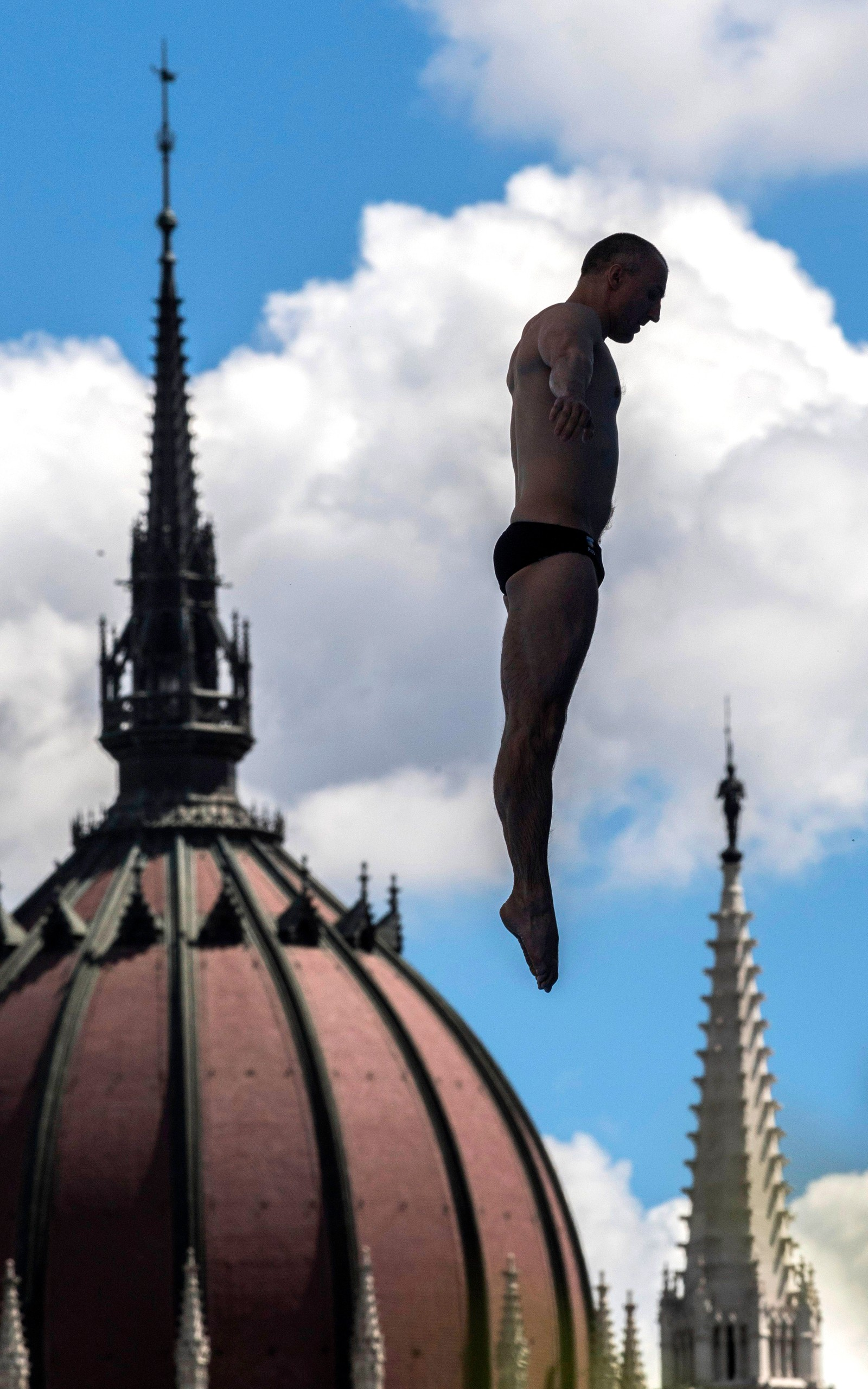 En stuper trener før VM i svømmesport i Budapest i Ungarn.