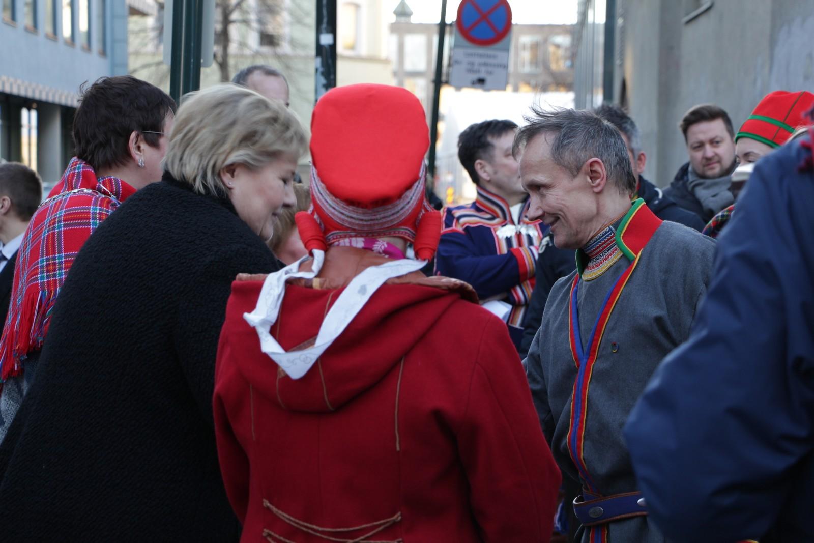 Statsminister Erna Solberg hilser på den svenske sametingspresidenten Håkan Jonsson utenfor Metodistkirken.