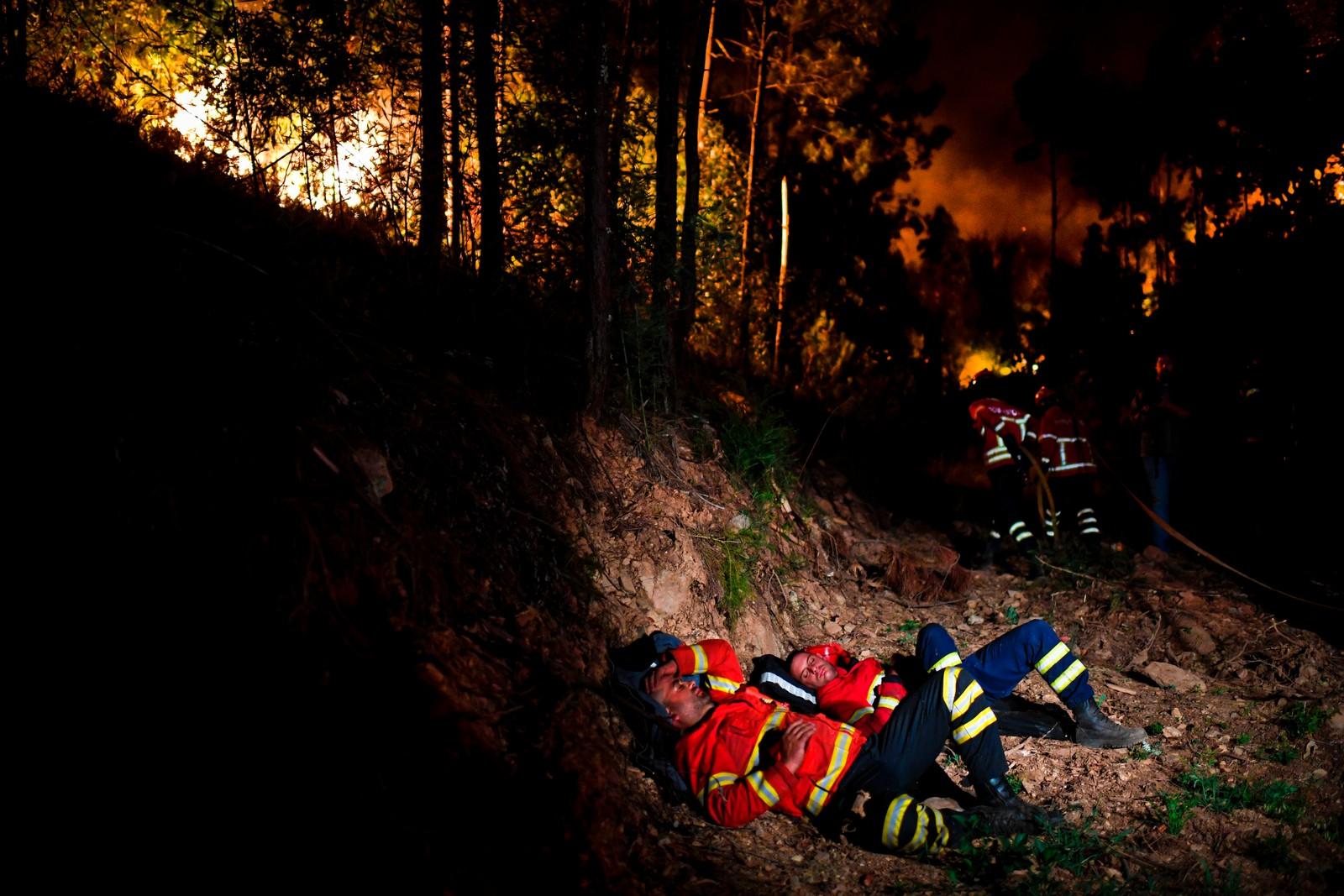 Brannfolk hviler i Penela i Coimbra. Mange har vært på jobb uavbrutt siden brannen brøt ut lørdag ettermiddag.