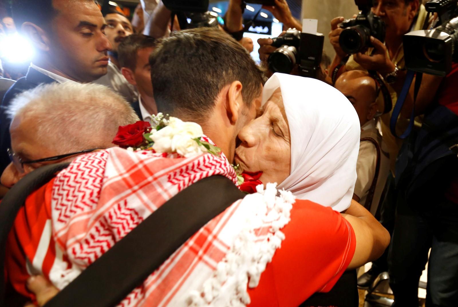 Tatt imot som en helt. Ahmad Abu-Ghaush klemmer moren og faren på flyplassen Quenn Alia i Jordan. 20-åringen vant gull i taekwando i OL i Rio. Det er den første olympiske medaljen Jordan noensinne har vunnet. Bildet er tatt den 23. august.