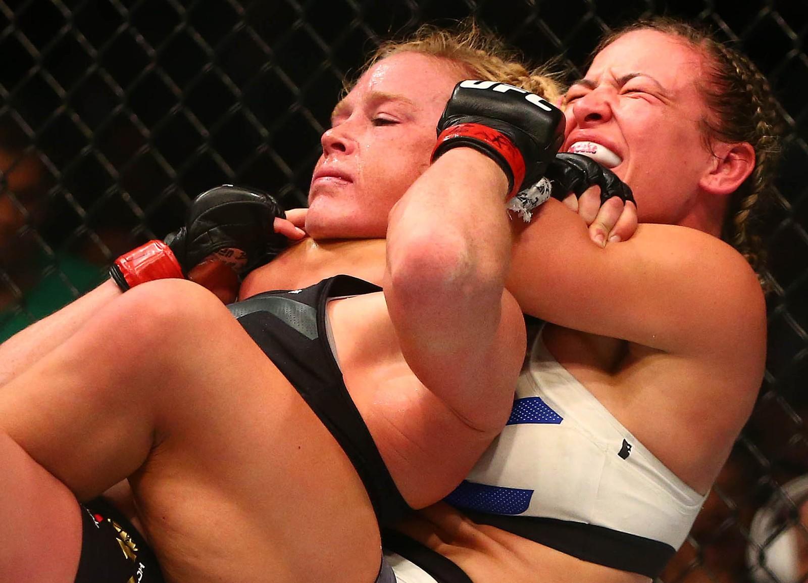 Her tek Miesha Tate eit «Rear Naked Choke» på Holly Holm i tittelkampen for kvinner i mars i år. Holly Holm blei kvalt medvitslaus.