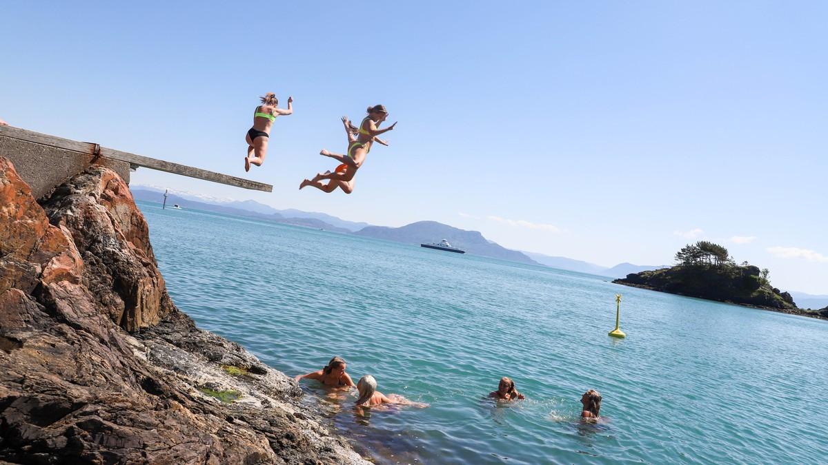 Jenter badar ved den populære badeplassen Sponavikjo på Stord.