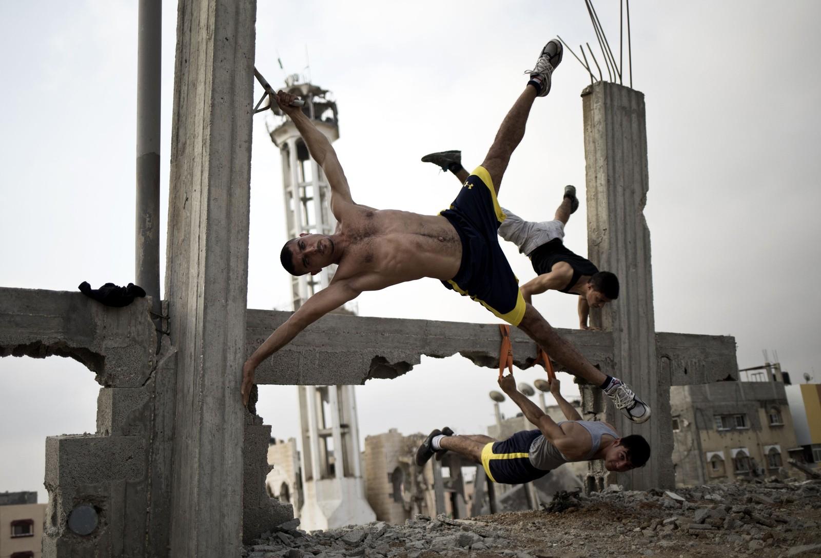 Den palestinske gruppen Bar Palestine, trener midt i ødeleggelsene i Gaza by.