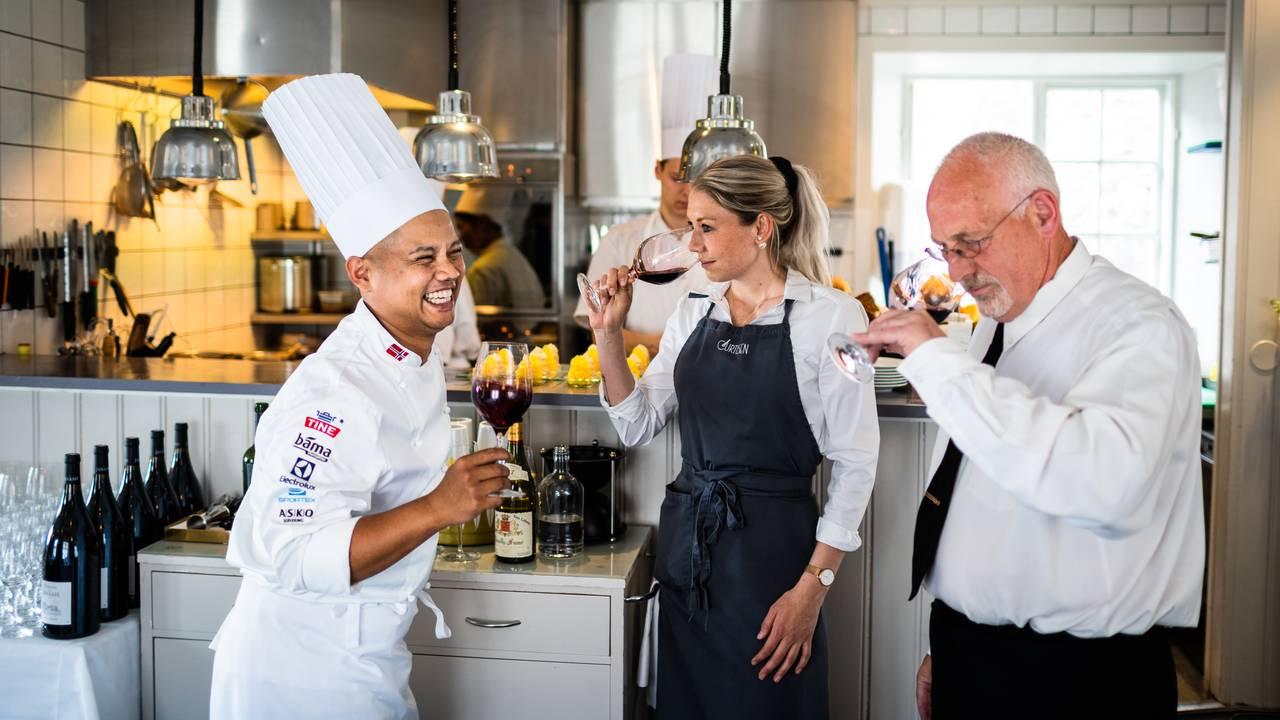Sebastian Engh smaker vin sammen med servitør Eline Husem og Hovmester Øystein Lundsveen
