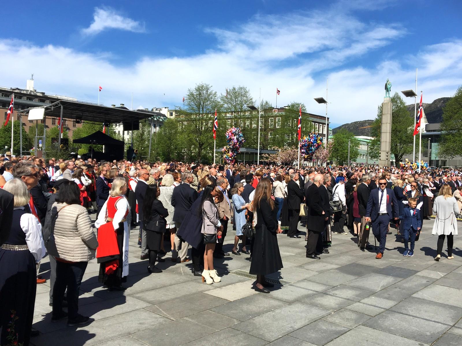 Mange hadde samlet seg på Festplassen i Bergen for å høre statsminister Erna Solberg tale.