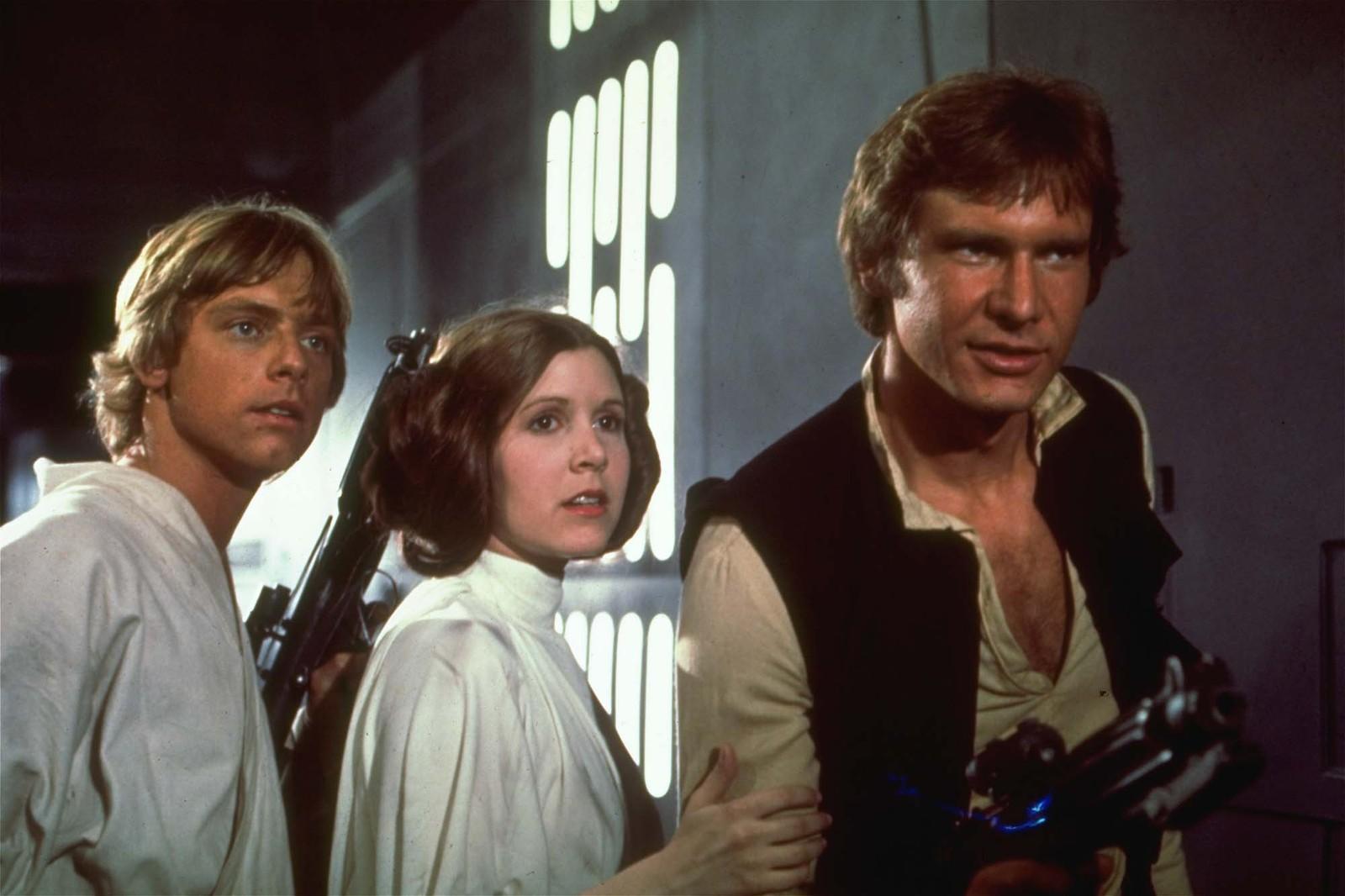 KJENT POSITUR: Carrie Fisher slik vi kjente henne best, i rollen som prinsesse Leia. Her sammen med kollegene Mark Hamill og Harrison Ford.