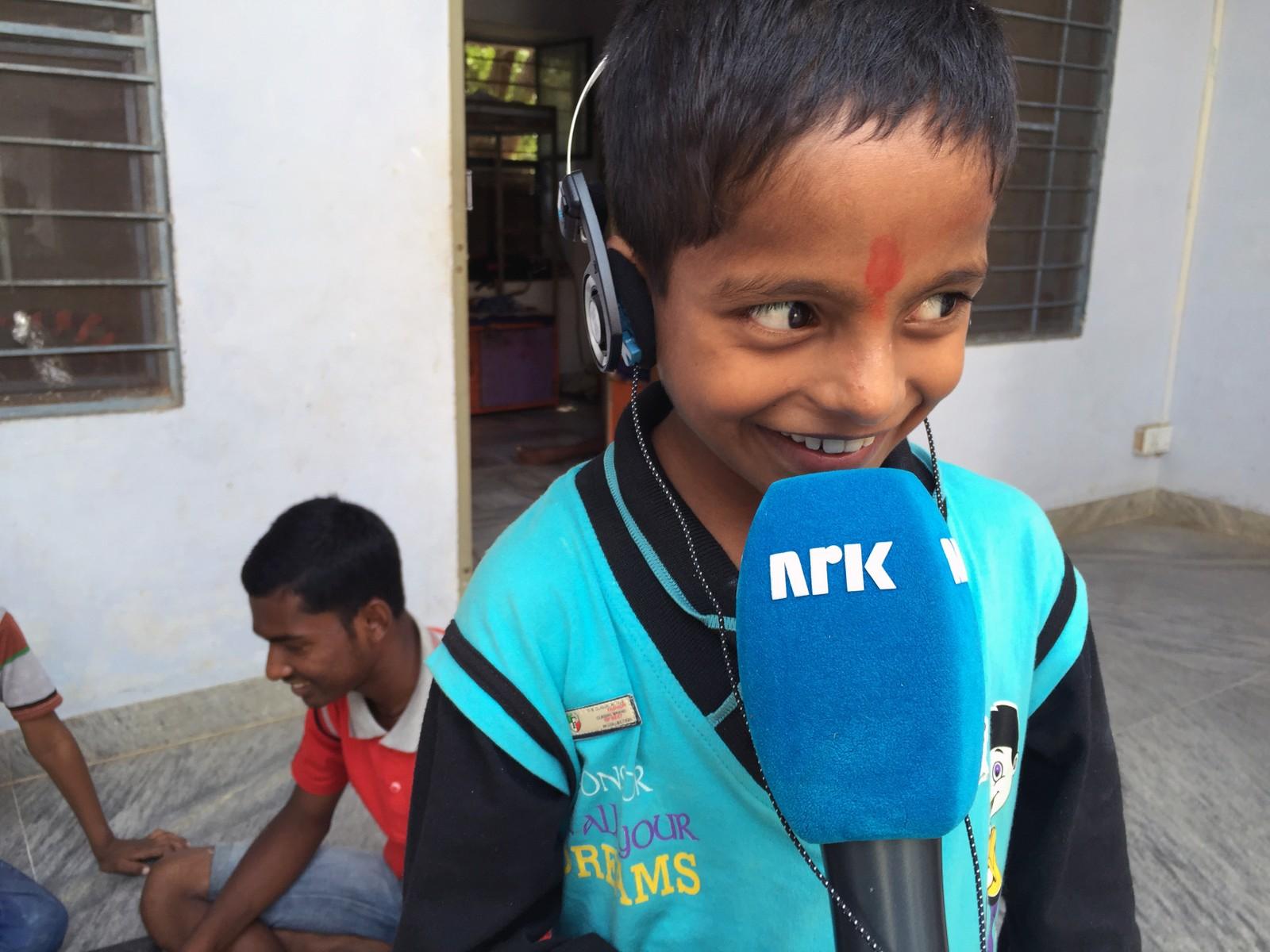 NRKs besøk vakte stor nysgjerrighet - og glede. Mange ønsket å prøve seg som NRK-reporter.