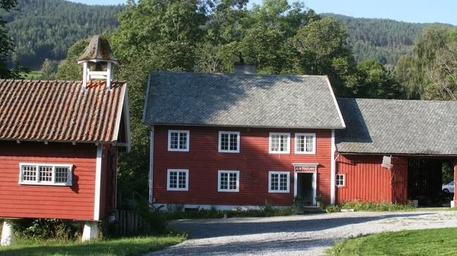 Uthus og stabbur på Kaupanger Hovedgård. Foto: Kjell Arvid Stølen, NRK.