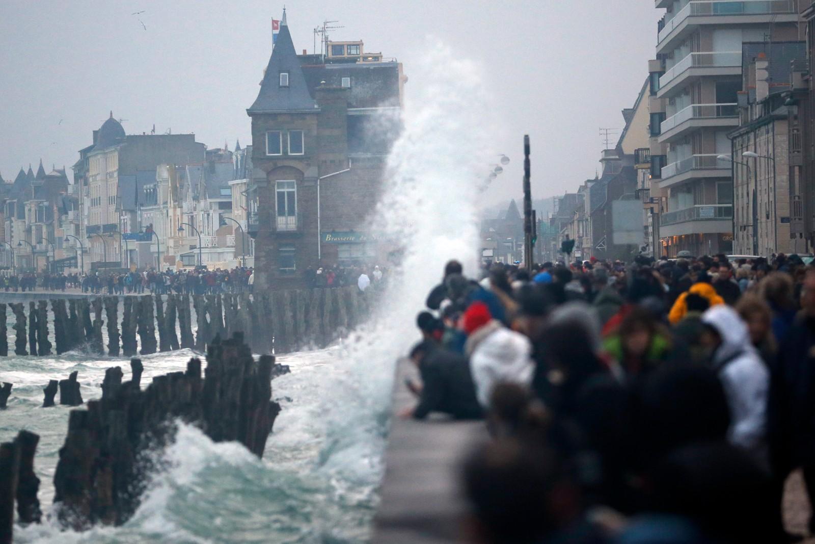 Skuelystene samler seg ved havna i Saint Malo i Frankrike.