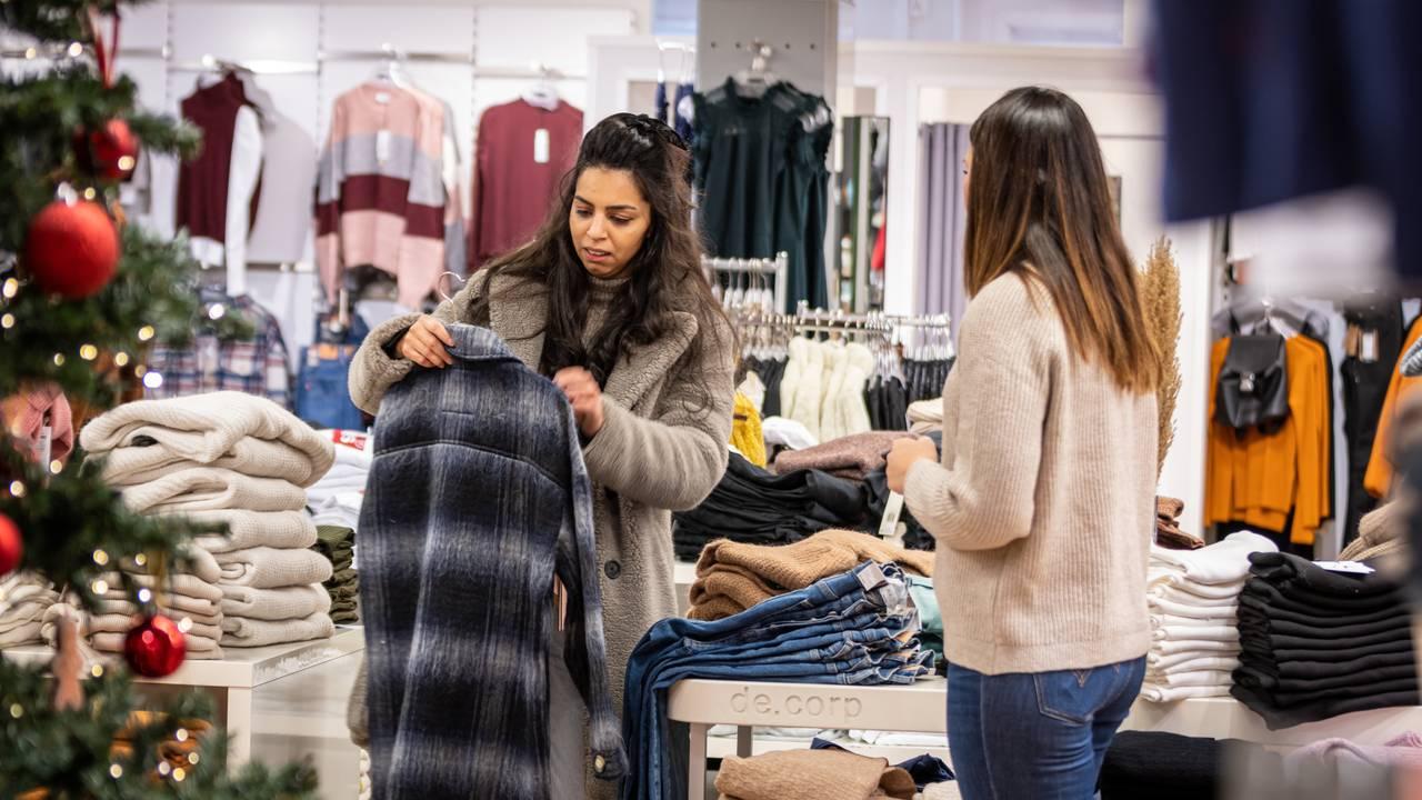 Cristina Berki ser på klær i en butikk i Vennesla