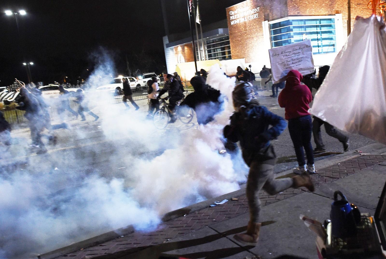 Politiet skjøt tåregass mot demonstrantene.