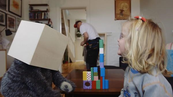 Norsk dramaserie. Snekkeren. Ruby har besøk av en snekker som skal sette opp en hylle i stuen deres, men Ruby synes snekkeren bråker og er skummel.