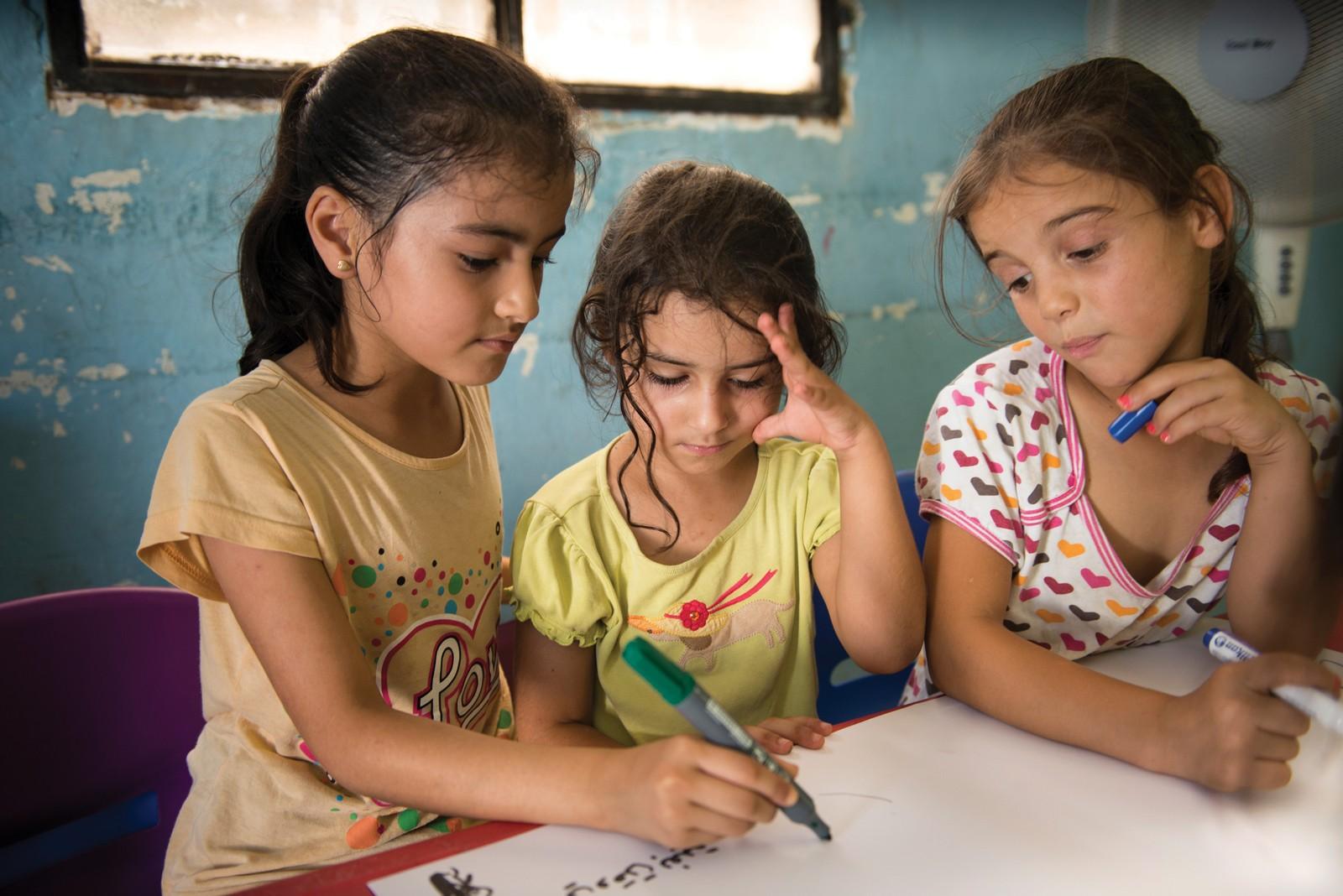 Mangel på tilgang til utdanning er et stort problem. 700.000 syriske flyktningbarn i regionen går ikke på skole. - Det handler om å sørge for at tilstrekkelig finansiering til barnerettede tiltak. Det gis ikke nok penger til å dekke alle behovene som er. Skole og beskyttelse for barn er ikke er godt nok finansiert. Organisasjoner som oss gjør mye i dag, men det trengs mer penger til barnerettede tiltak for å fylle de enorme behovene, sier Hegna.