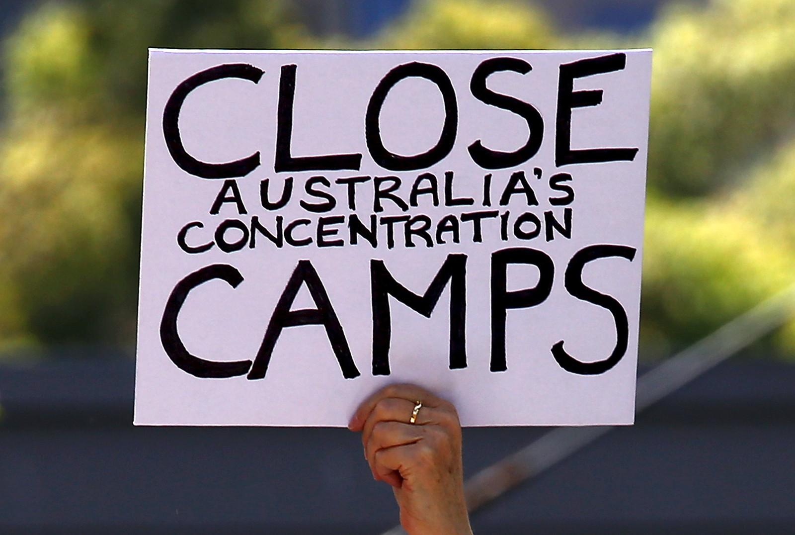 En demonstrant holder en plakat med budskapet «Steng Australias konsentrasjonsleire». Demonstranten var en av mange som hadde funnet veien til Sydneys gater for å si sin mening om myndighetenes behandling av flyktningene.