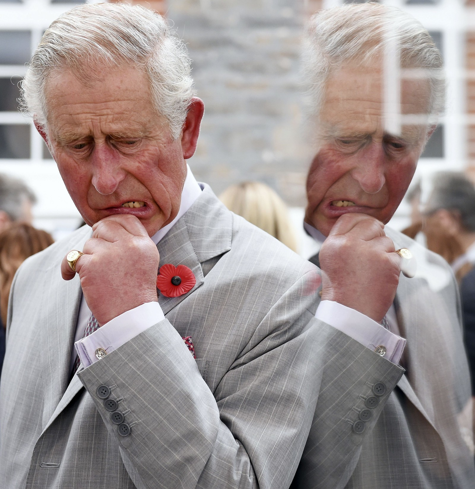 Prins Charles tar seg en tenkepause under et besøk i Barossa-dalen sør i Australia denne uken. Han og kona Camilla er på en to ukers rundtur i Australia og New Zealand.