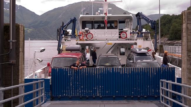 Måren er ein av stadene som framleis er avhengig av båtsamband. Her legg Sylvarnes til kai. Foto: Alf Jørgen Tyssing, NRK.