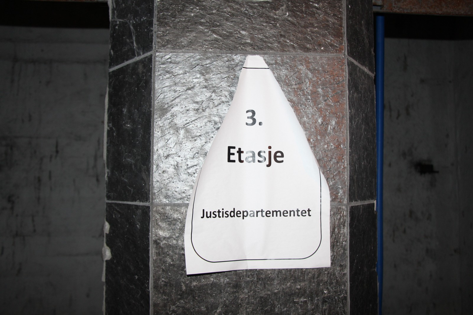I tredje etasje i Høyblokka holdt justisdepartementet til tidligere. Hvilke departementer som skal flytte inn etter hvert når blokka er ferdig restaurert er ikke avgjort ennå.