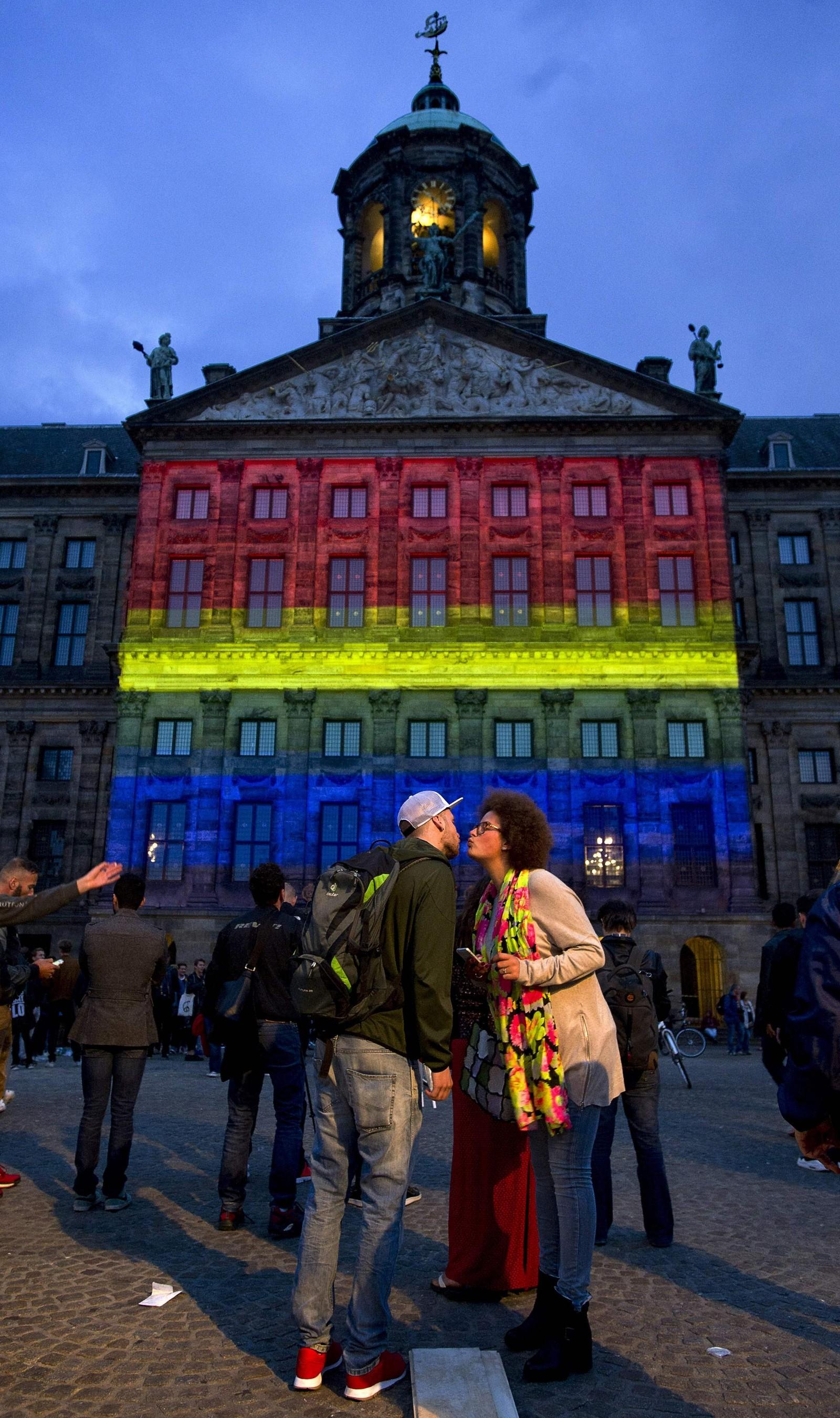 NEDERLAND: I Amsterdam ble det kongelige palasset på Dam plass lyst opp i regnbuens farger og flere møtte opp for å vise sin støtte til ofrene i Orlando.