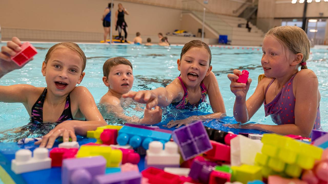 Hele Norge svømmer: Elever i Porsgrunn leker med byggeklosser i bassenget