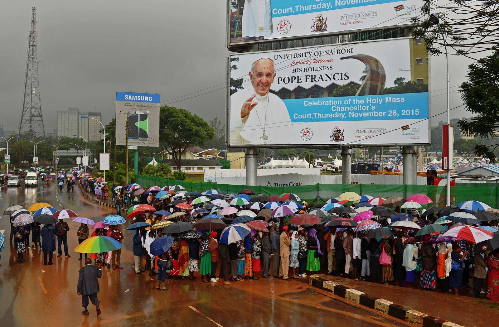 Kenyanerne trosset regnet og tok til gatene for å få med seg pavens første tale i Afrika.