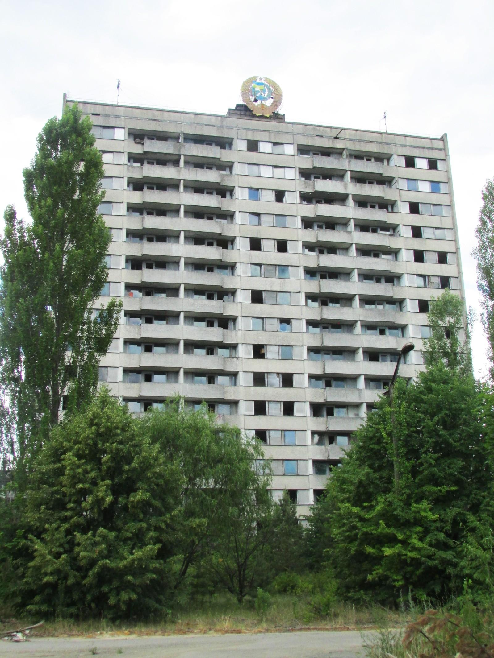De høyeste blokkene i Pripyat – som denne – var på 16 etasjer. 9 og 16 etasjer var standardhøydene på boligblokker i Sovjetunionen. Grunnen var at det ble bygget to typer stigebiler for brannfolkene. Den ene biltypen hadde stiger som var 9 etasjer høye – den andre kunne hente ned folk fra 16. etasje.