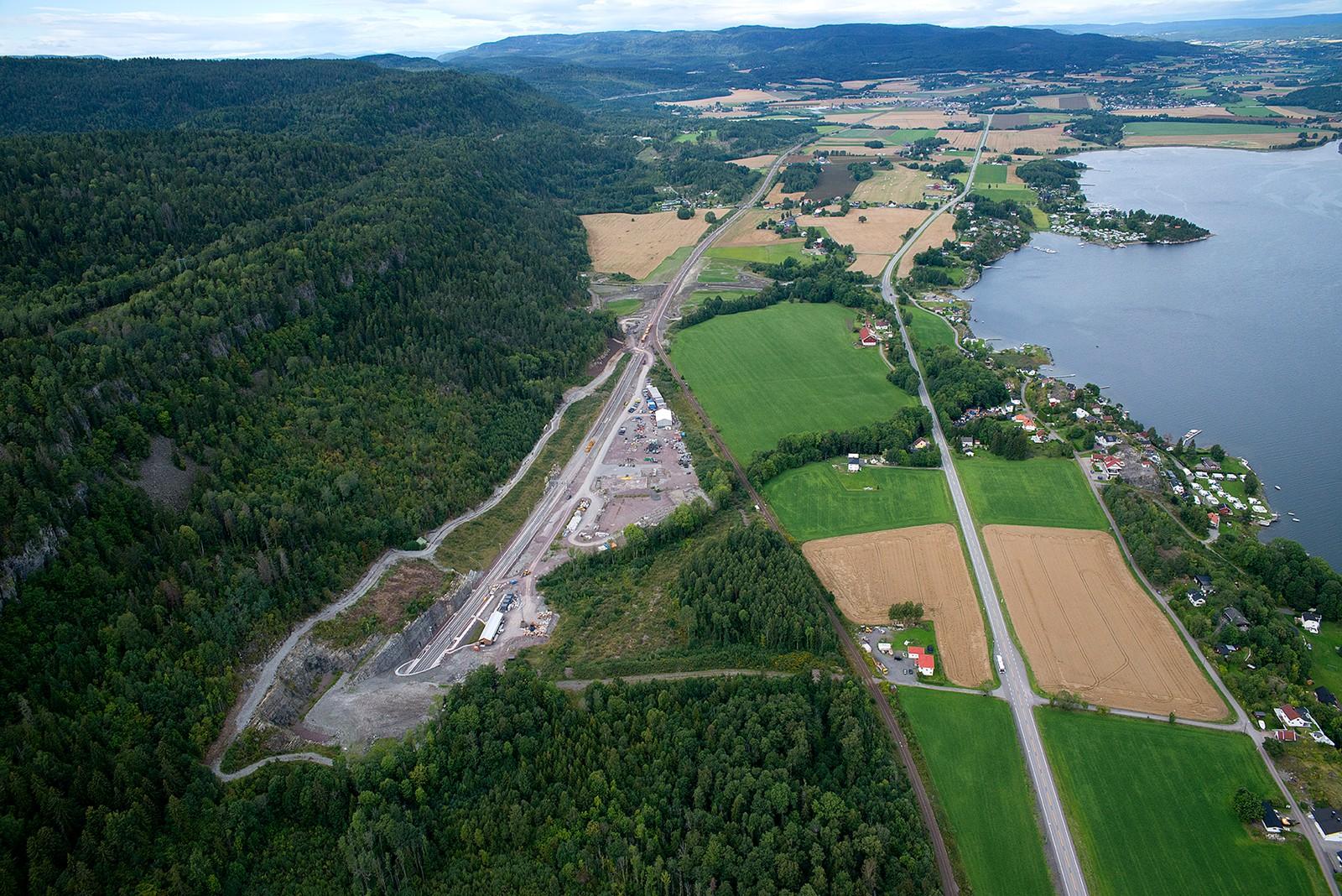 Tunnelportalen på Holm og nordover mot Sande.