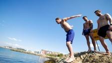Kameratene André Eriksen, Jan-Erik Pedersen og Stian Sandvik var ikke redd for å teste badetempen i Bodø. Onsdag ble det satt varmerekord.