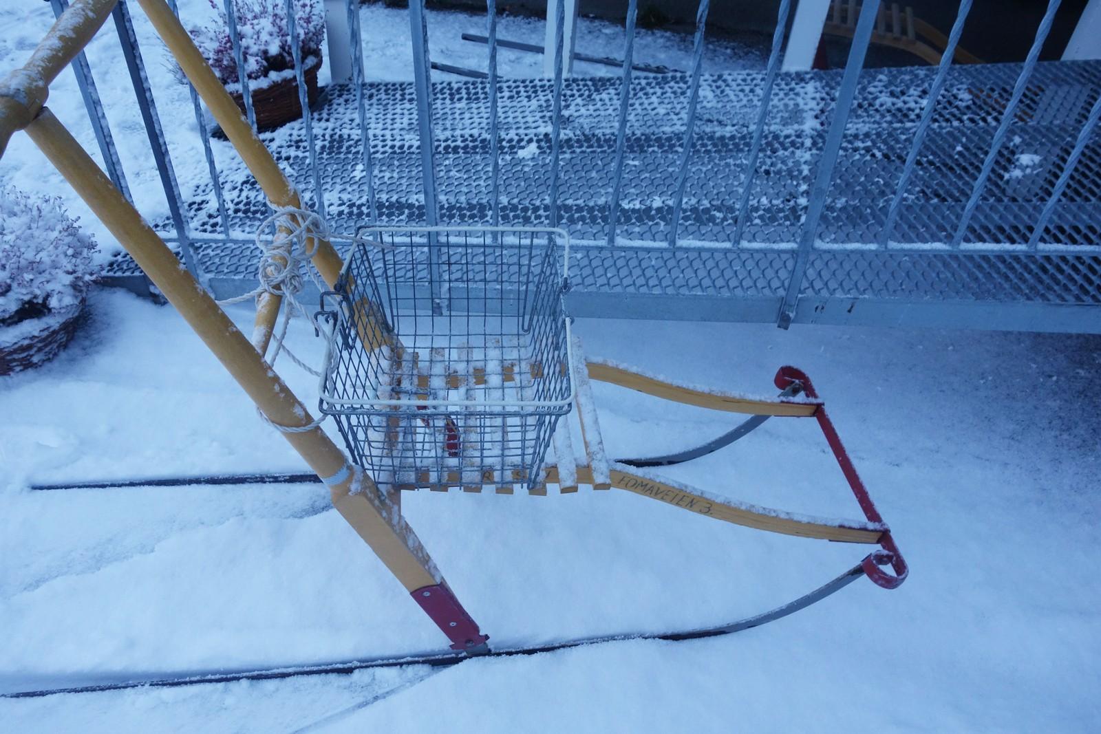 Det var sne på den hardkjørte vegen, folk bruker spark til butikken.