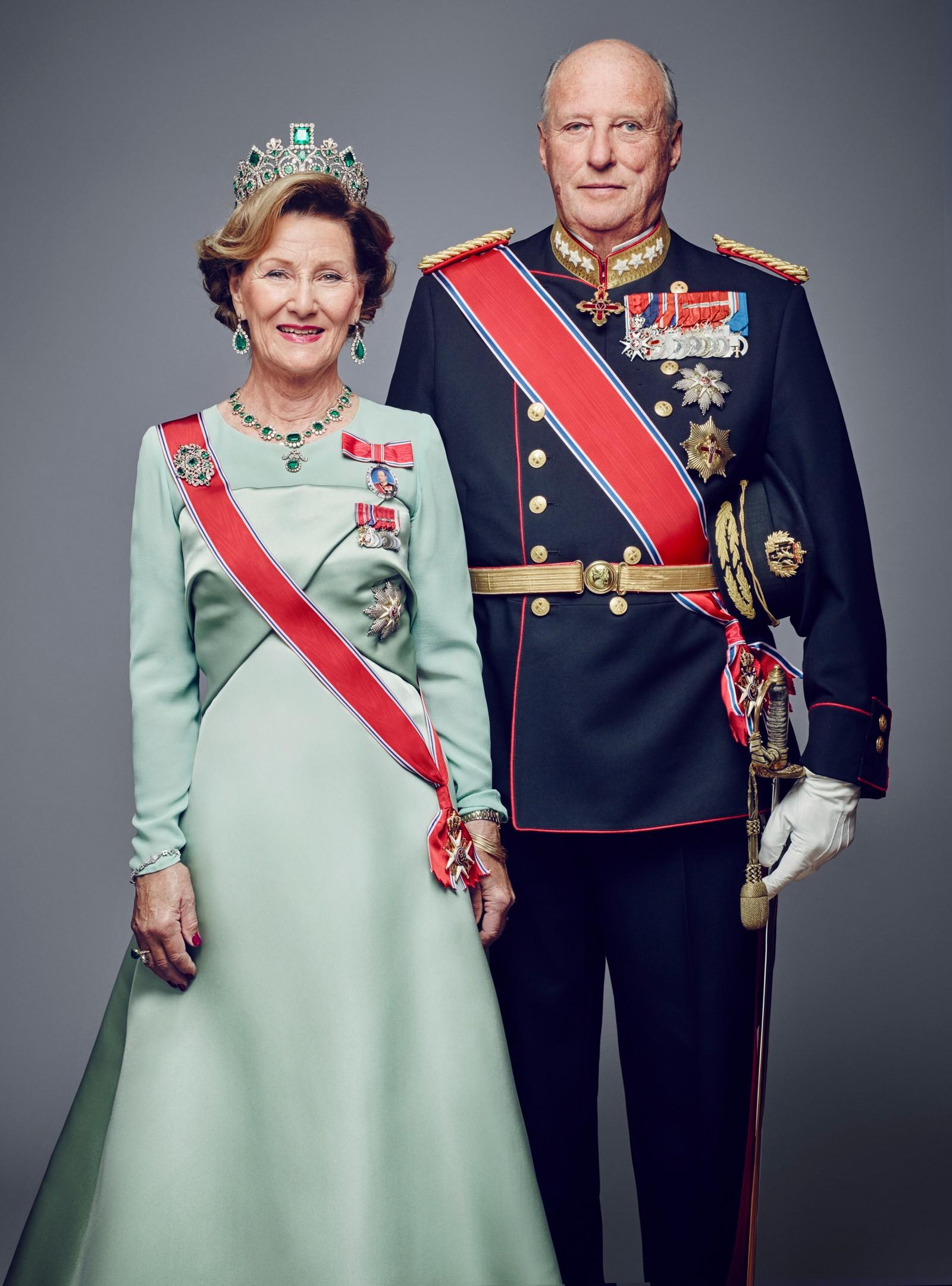 Dronning Sonja og kong Harald i galla. Bildet er et av flere offisielle bilder utgitt i forbindelse med kongeparets 25-årsjubileum.