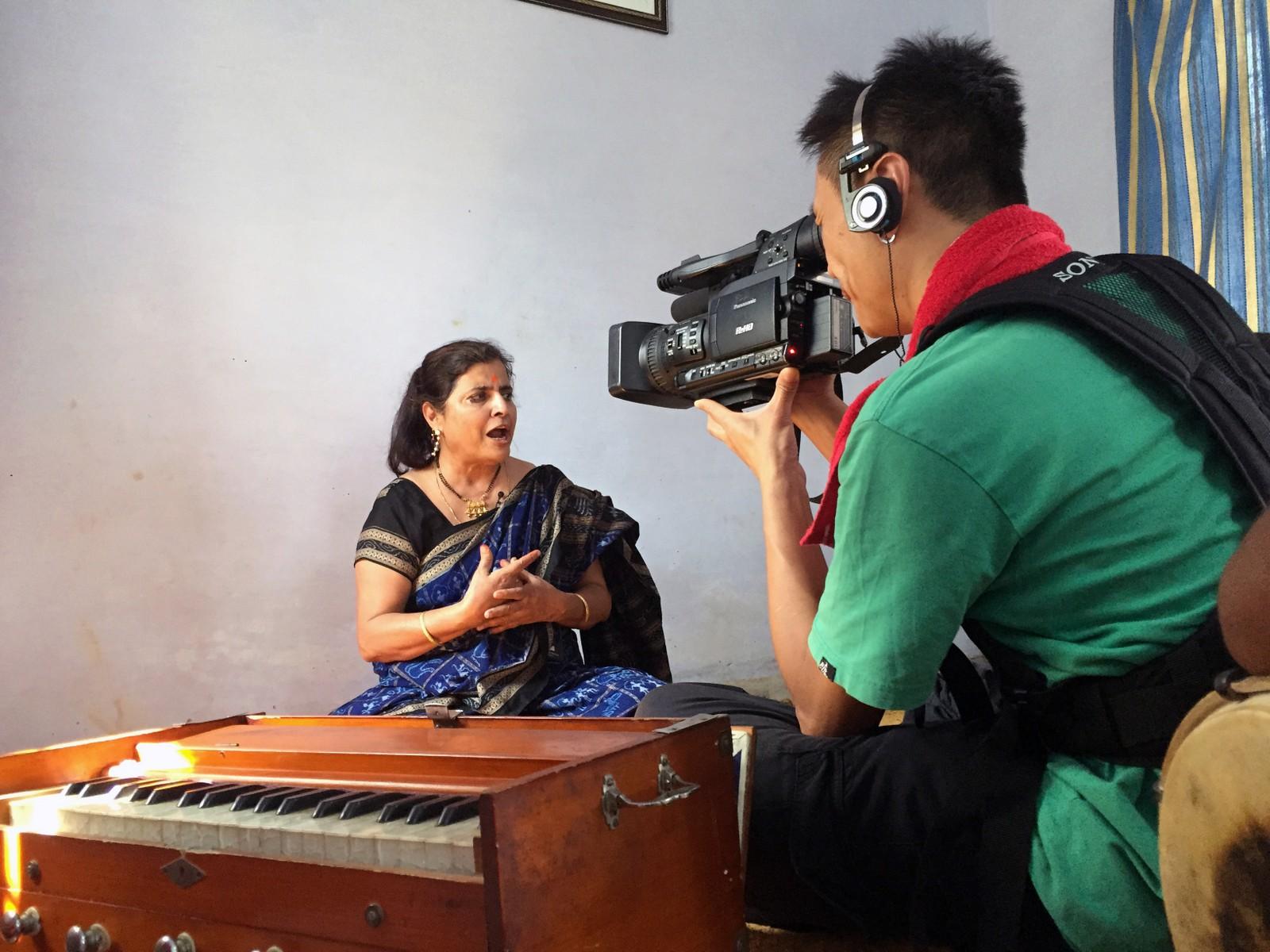 Sumedha Kailash er sentral i ektemannens arbeid. Hun kommer fra en kjent aktivistfamilie og beskrives som like tøff som ham; hun har deltatt i flere av de spektakulære aksjonene hvor barn reddes ut av slavefabrikker.