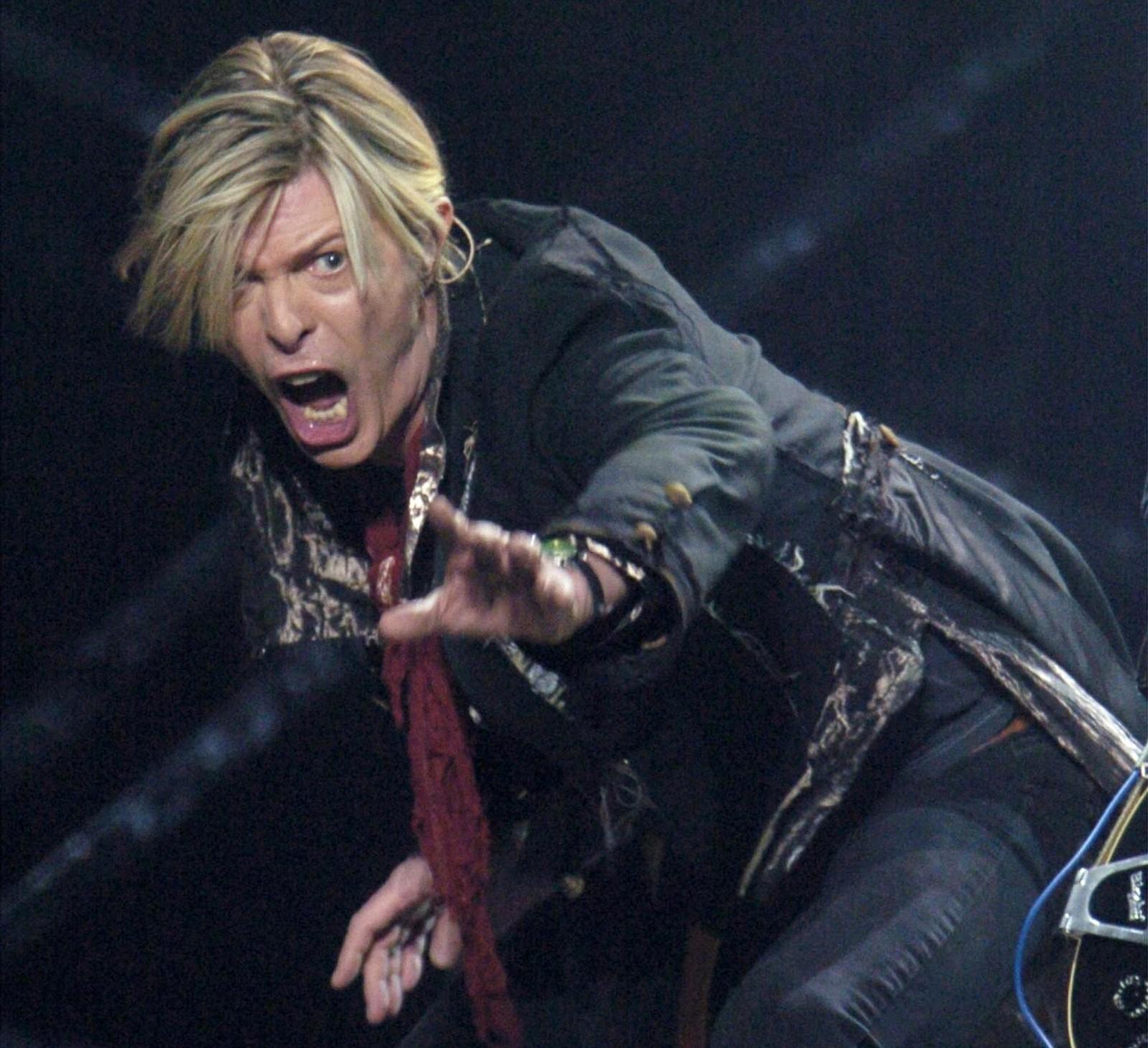 David Bowie opptrer på Bell Center i Montreal i desember 2003.