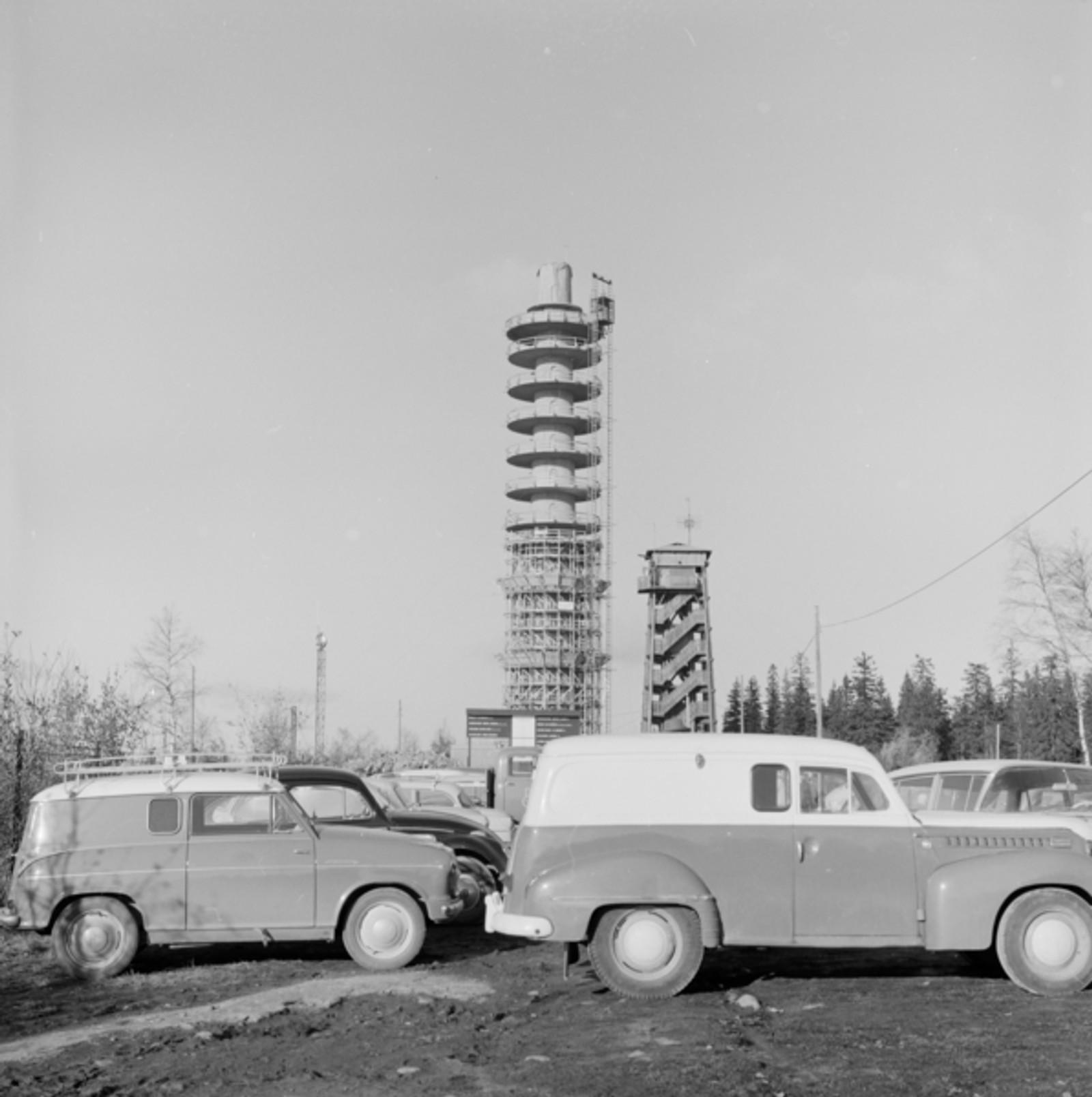 Det nye betongtårnet er under bygging mens det gamle tretårnet fremdeles står der. Bildet er tatt høsten 1960.